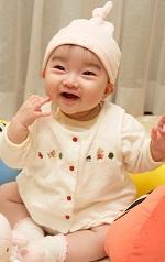 大人の約20倍のヒアルロン酸を肌内部に持っている赤ちゃん